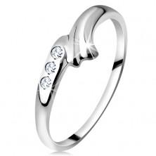 Anello realizzato in oro bianco 14K - lato arcuato con intaglio e tre diamanti chiari