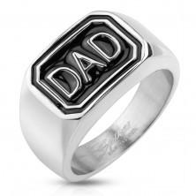 Anello in acciaio 316L, colore argento, rettangolo nero con la scritta DAD