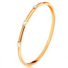 Anello in oro giallo 9K - tre piccoli zirconi chiari separati, fessure fini