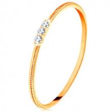 Anello in oro giallo 9K - lati sottili con le fessure, tre piccoli zirconi chiari