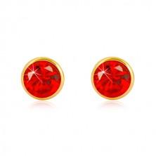 Orecchini in oro giallo 585 - zircone rotondo rosso, chiusura a perno e farfalla, 5 mm