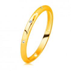 Fede in oro giallo 14K con diamante - tre diamanti chiari e rotondi, superficie liscia