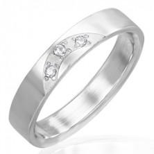 Anello lucido in acciaio - tre zirconi chiari incorporati